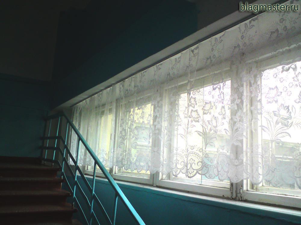 Крепление потолочного карниза в школьном коридоре. Благовещенск