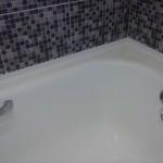 Приклеивание уголков-бордюров в ванной
