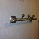 Крепление вешалки в ванной комнате