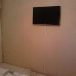 Крепление телевизора и укладка проводов в кабельканале. Благовещенск