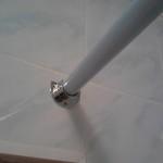Крепление держателя для штор в ванной комнате